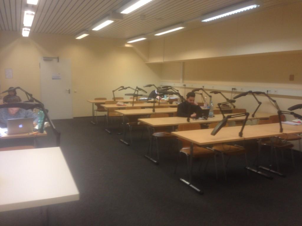Neue Holzstühle im 2. Untergeschoss der Seminarbibliothek