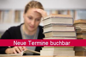 Lernende Frau mit Bücherstapel; Schriftzug: Neue Termine buchbar