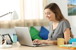 Junge Frau am Laptop. Foto: colourbox.de