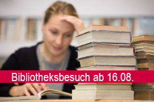 Lernende Frau mit Bücherstapel; Schriftzug: Bibliotheksbesuch ab 16.08.